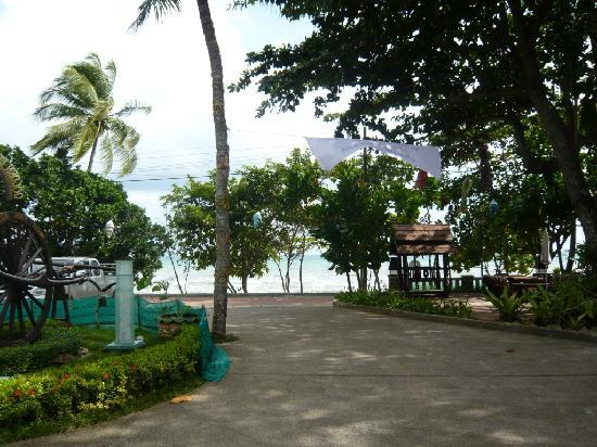 Golden Beach Resort: View from the lobby towards the beach