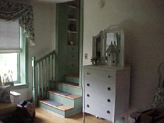 Causey Mansion Bed & Breakfast: stairway down from the bathroom