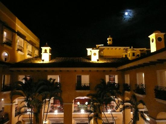 San Antonio De Belen, Costa Rica: The view at night from above the center court