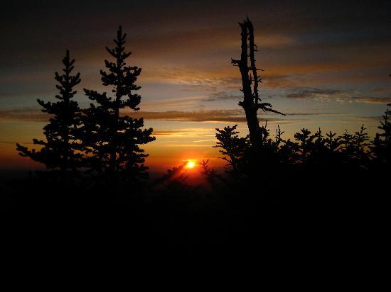 Aux Berges de l'Aurore: Couché de soleil sur le sommet du Mot Mégantic