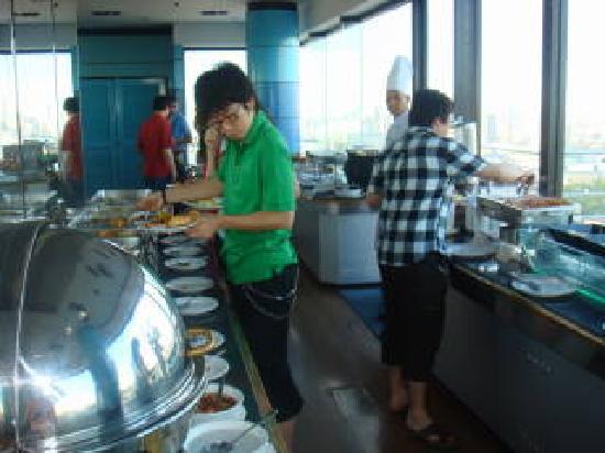 Baiyoke Suite Hotel: 眺めのいいレストランでビュッフェの朝食