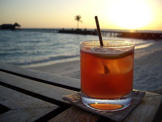 Taj Exotica Resort & Spa: Cocktails at the bar at sunset
