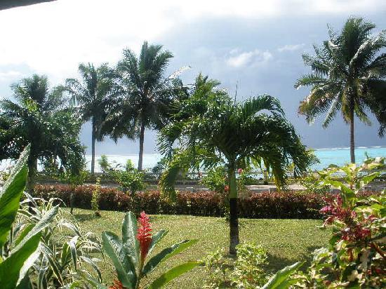 Amoa Resort: The view behind our room to the beach