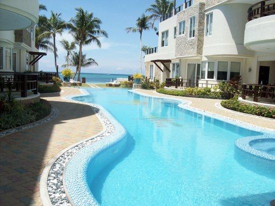 7Stones Boracay Suites: piscina con vistas al oceano