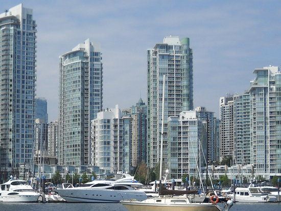 Vancouver, Kanada: View from False Creek from the marina at the base of Davie St.