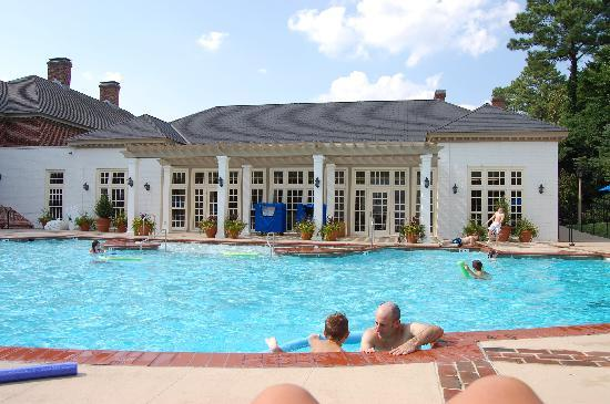 Williamsburg Lodge-Colonial Williamsburg: Beautiful pool area.