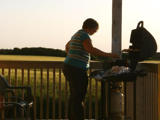 Montgomery Cavendish Cottages: BBQ on the deck
