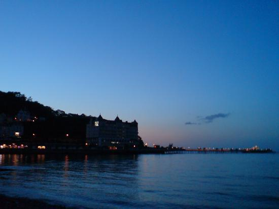 "ลันดิดโน, UK: Evening light View towards the ""Waverly"" Hotel - The Foot of the Great Orme and Llandudno Pier"