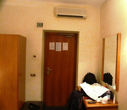 Amadeus Hotel:                                     detalle de habitacion