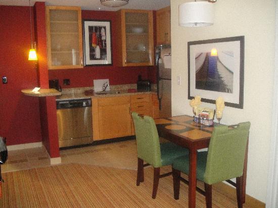 Residence Inn Portland Downtown/Waterfront : Kitchen Area