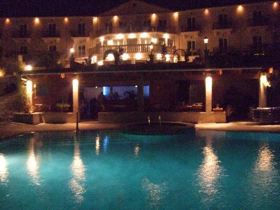 Trapezaki Bay Hotel: Pool and bar at night