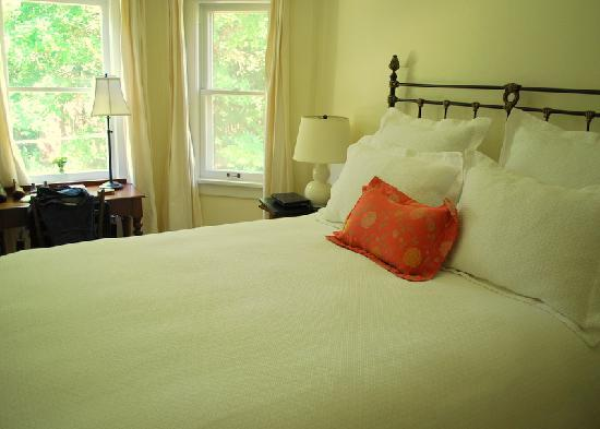 Seven Oaks Bed and Breakfast: White Oak Room
