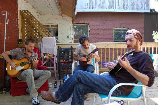 Le 9 et demi: Guitares et yukulélé sur la terrasse un dimanche après-midi