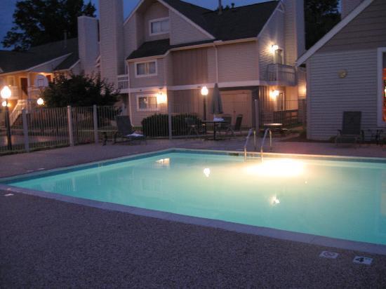 Sonesta ES Suites Cleveland Westlake: Photo of the pool at night