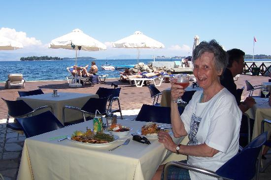 Kontokali, Griekenland: Lunch at the hotel beach Taverna.