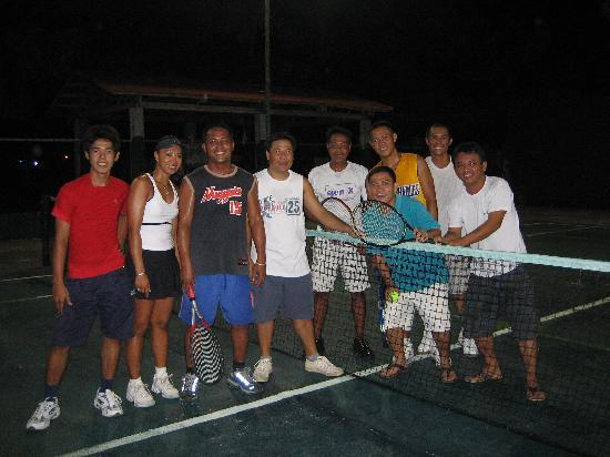 Alegre Beach Resort: Playing Tennis with the Locals