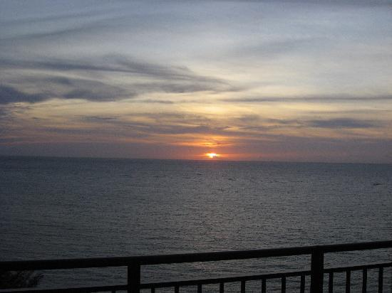 Kafuu Resort Fuchaku Condo Hotel : テラスからの夕陽