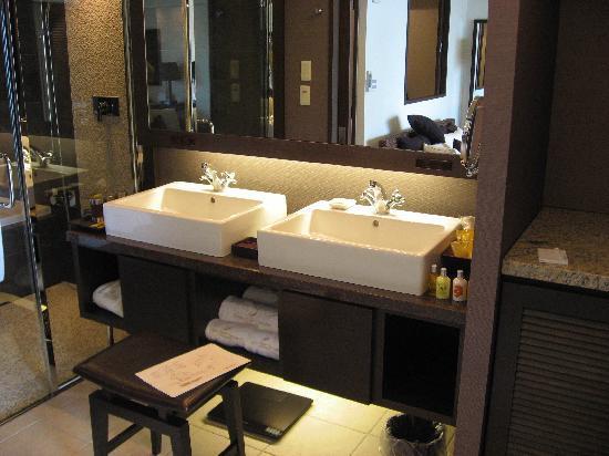 Kafuu Resort Fuchaku Condo Hotel: 洗面台