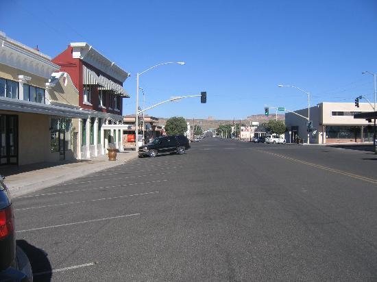 A view down Beale Street, Kingman AZ.