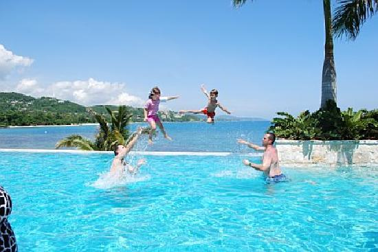 Round Hill Hotel & Villas: The main pool, right above the ocean