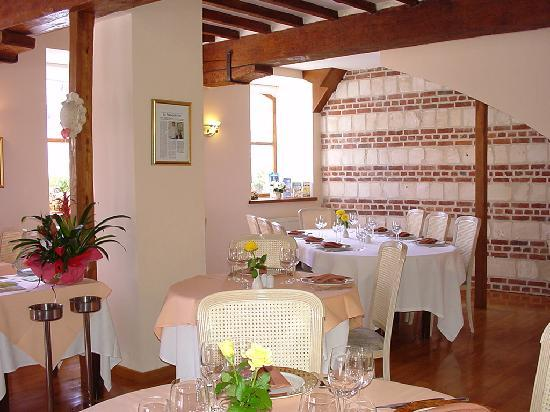 Ardres, France : interieur du restaurant