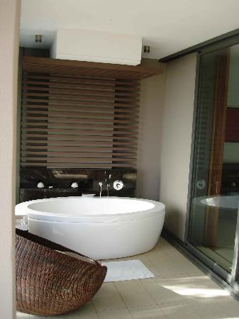 InterContinental Fiji Golf Resort & Spa: 'outdoor' bath!!