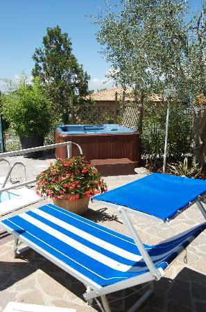 Hotel Ventaglio: Poolside and jacuzzi