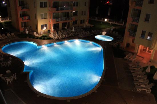 Sea Dreams Apartment Complex: Pool view at night