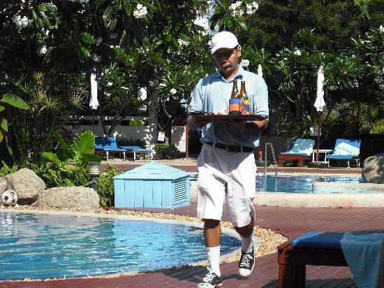 Cha-Am Methavalai Hotel: on venait nous servir notre cafe.