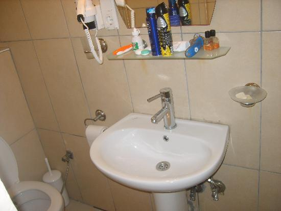 Romeo Otel: Clean bathroom..