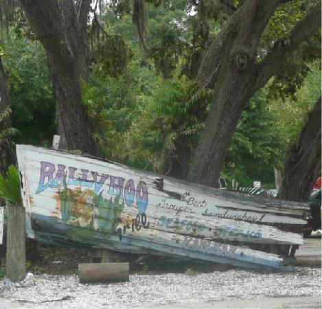 Ballyhoo Grill: Ballyhoo Boat front of Parking Lot