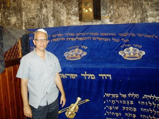 Quartier Juif : Standing by King David's Tomb.