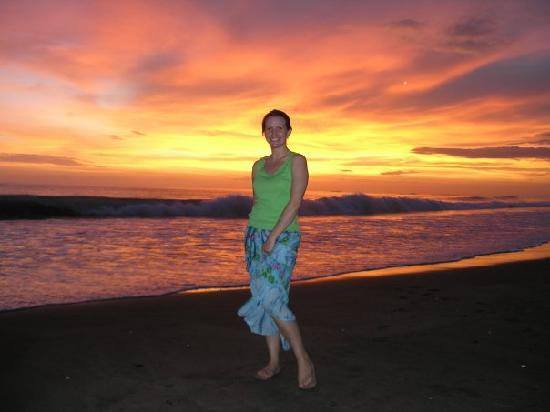 Playa Junquillal, Costa Rica : Sunset at the beach just steps from the hotel