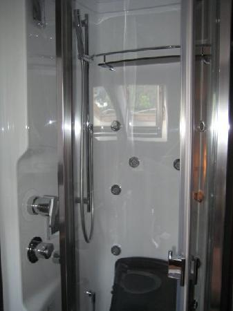 Hotel Bonconte: Small but luxurious shower