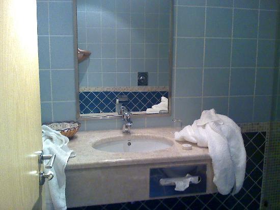 Abu Dhabi Airport Hotel : Bathroom vanity
