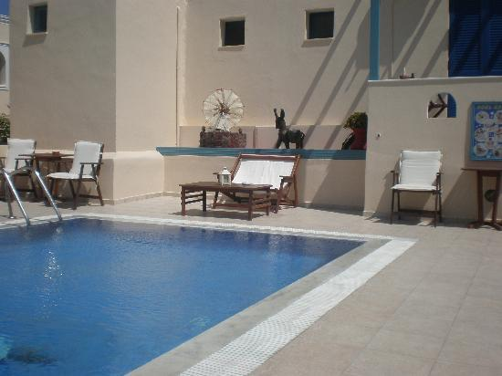 Evgenia Villas & Suites: partial view of the pool area