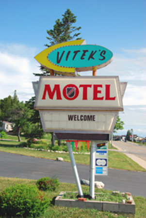 Vitek's Motel: Vitek's sign
