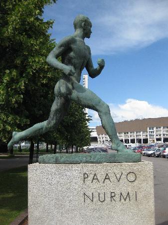 Olympic Stadium (Olympiastadion): Statue des finnischen Wunderläufers Paavo Nurmi