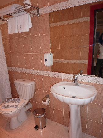 Piraeus Dream City Hotel: THE BATHROOM