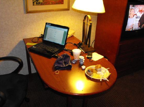 La Quinta Inn & Suites Valdosta / Moody AFB: Nice work desk.