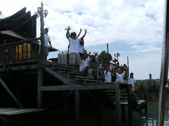 Smart Divers Resort: Staff good bye at SMART Mabul Island