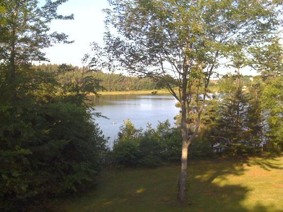 Cavendish Beach Cottages: On the deck looking over the Hope River