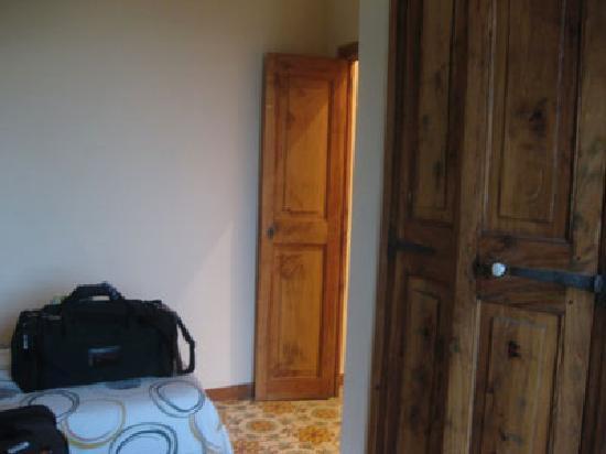 Girona Apartments: bedroom w closet