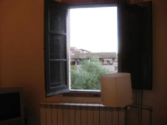 Girona Apartments: LR window
