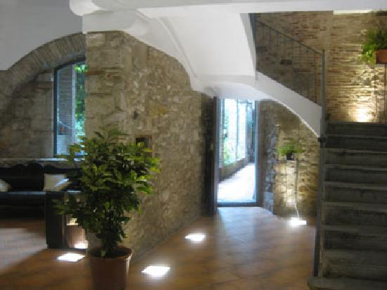Girona Apartments : bldg entryway (coming in)