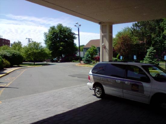 Best Western Plus New Englander: Vorfahrt zum Hotel mit shuttle-Bus im Hintergrund