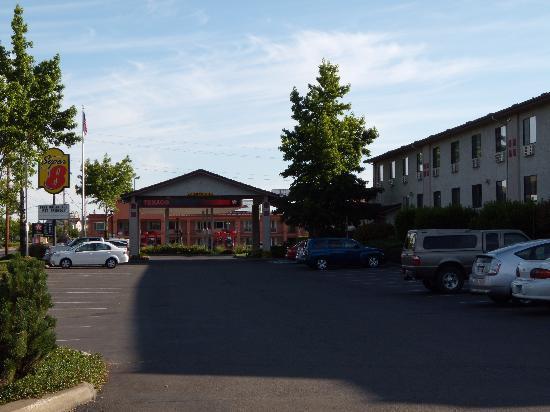 Super 8 Salem: Hotel front