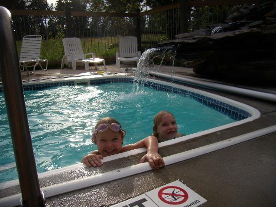 BackRoads Inn & Cabins: Small pool with fountain