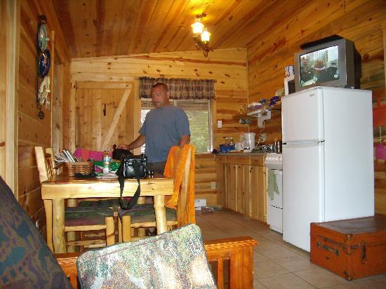 BackRoads Inn & Cabins : kitchenette side of main room
