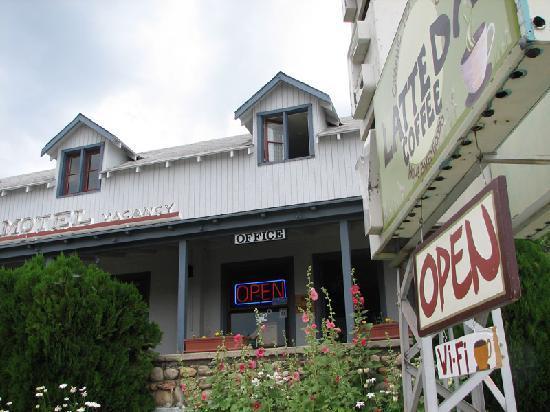 El Mono Motel: from Hwy 395